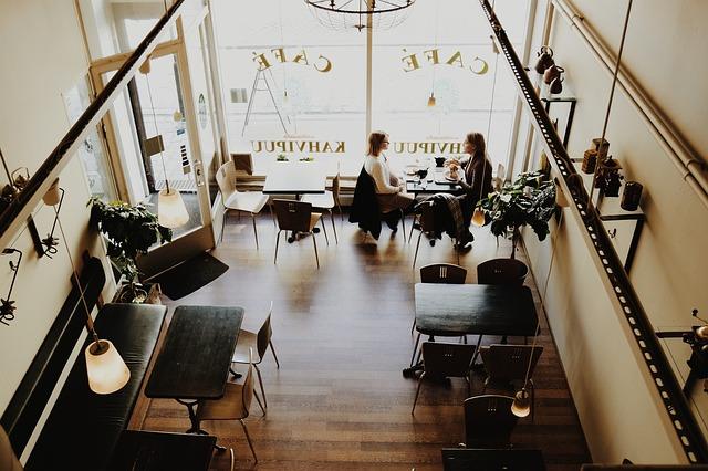 Nongkrong di kafe juga bisa jadi pilihan liburan yang asik